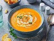 Пролетна зеленчукова крем супа от печена тиква и заквасена сметана